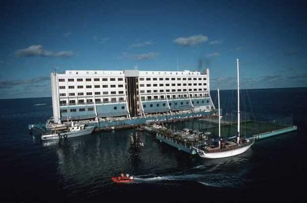 К отелю нужно было добираться целых 70 километров на водном такси.