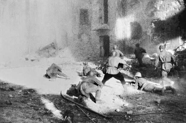Уличный бой в Сталинграде в дни Великой Отечественной войны в сентябре 1942 года.