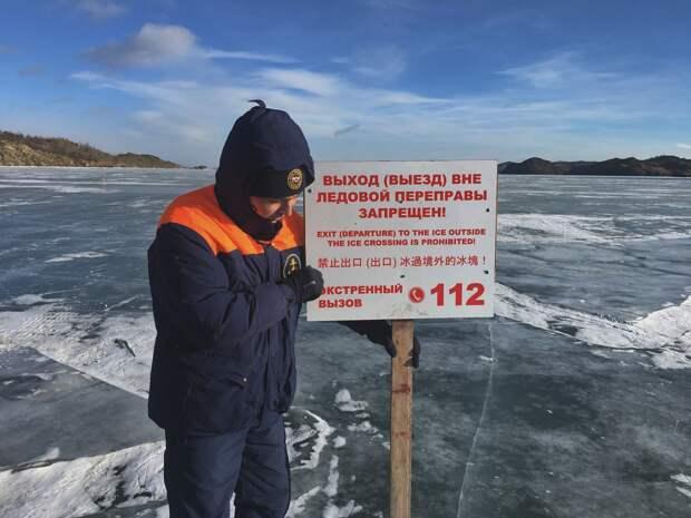 Иностранцы на внедорожнике провалились под лед на Байкале
