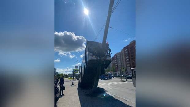 Появились кадры с места страшного ДТП с автобусом в Петербурге
