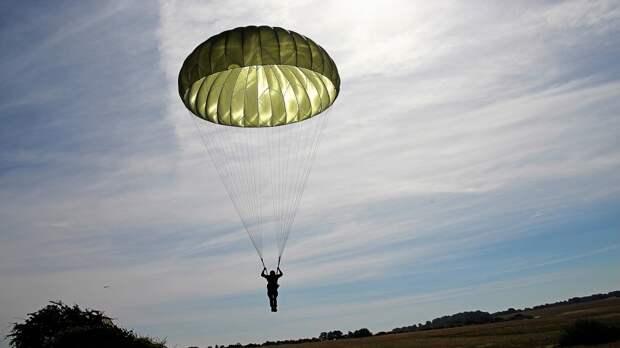 Авиационные спасатели ЗВО отработали прыжковую подготовку на аэродроме в Ленобласти