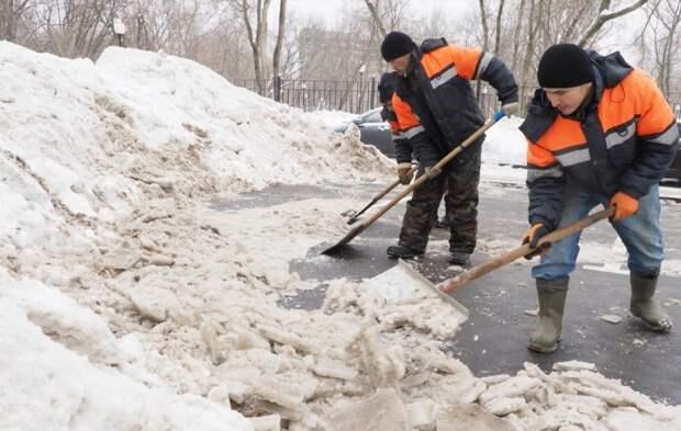 Во дворе дома на Пятницком убрали снежные навалы