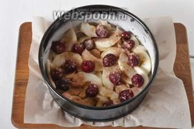 Форму (диаметром 16 сантиметров) выложить пергаментом. Смазать дно и стенки тонким слоем подсолнечного масла (1 ч. л.) и посыпать мукой (1 ч. л.). 2 яблока очистить и нарезать нетолстыми дольками. Выложить яблоки и 100 грамм вишни (не размораживать) на дно формы. Посыпать сверху корицей (0,75 ч. л.).