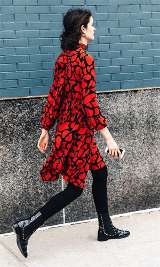Лакированные челси с ярким красным платьем
