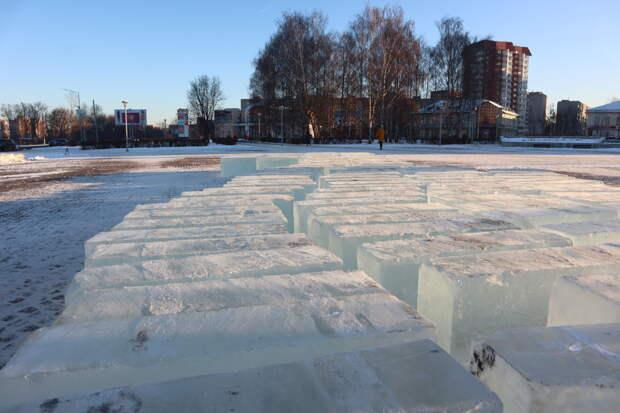 На площади Свободы в Глазове приступили к изготовлению ледяных скульптур