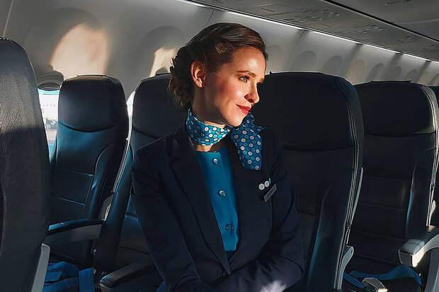 Стюардесса объяснила, зачем они носят платок на шее