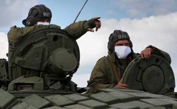 На фото: наводчики-операторы танка на линии соприкосновения ДНР с Украиной, Донецкая область