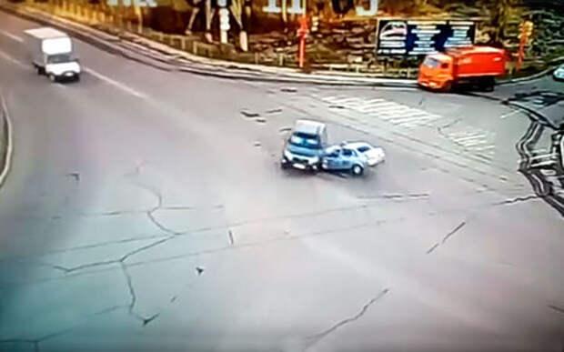 Двигаясь на красный, машина ГИБДД влетела в кроссовер: трое пострадавших
