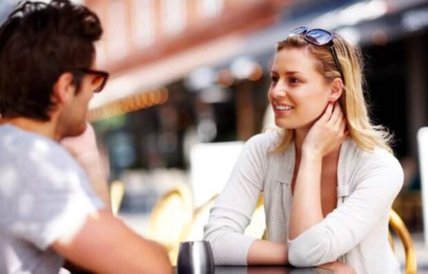 парень и девушка общаются в кафе за столом