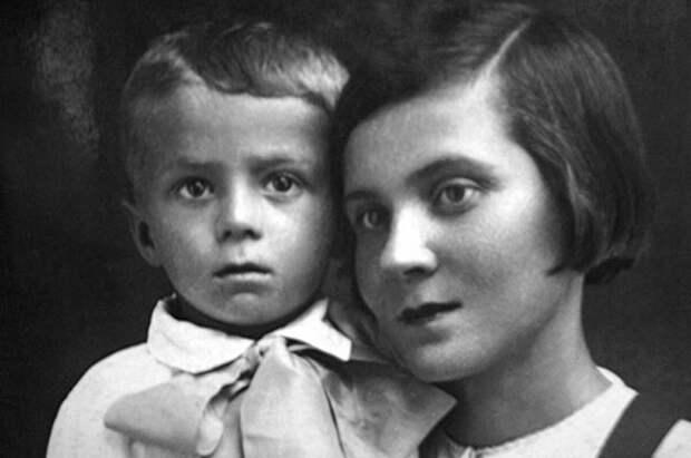Толя Кашпировский с мамой Ядвигой Николаевной, Казахстан, 1942 год.