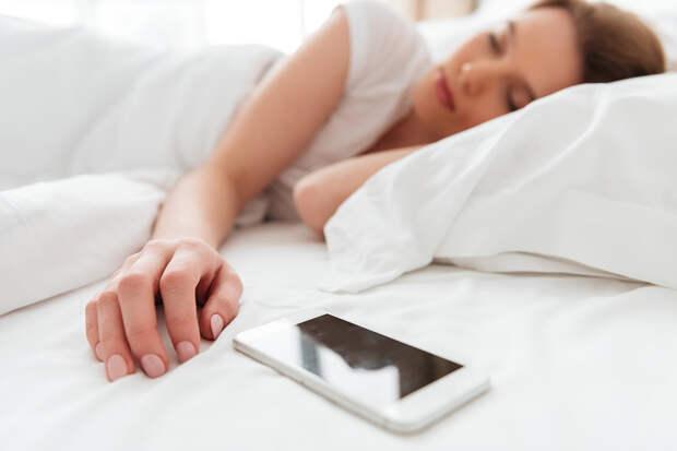Врач-сомнолог оценил опасность сна рядом со смартфоном