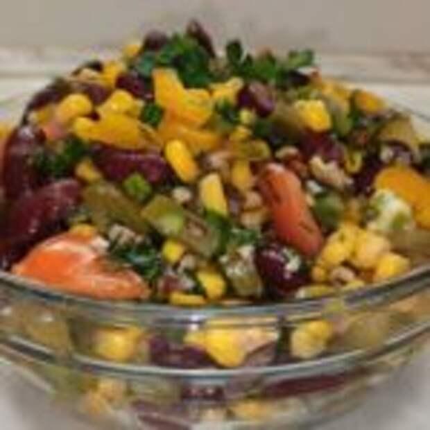 Салат с солёными огурцами и овощами