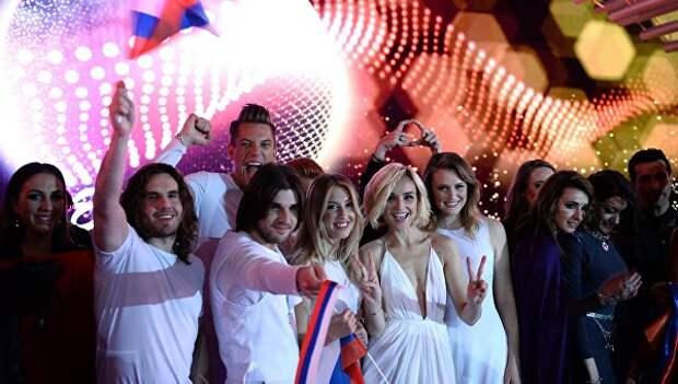 Российская певица Полина Гагарина (в центре) после выступления в первом полуфинале Международного конкурса песни Евровидение 2015 в Вене