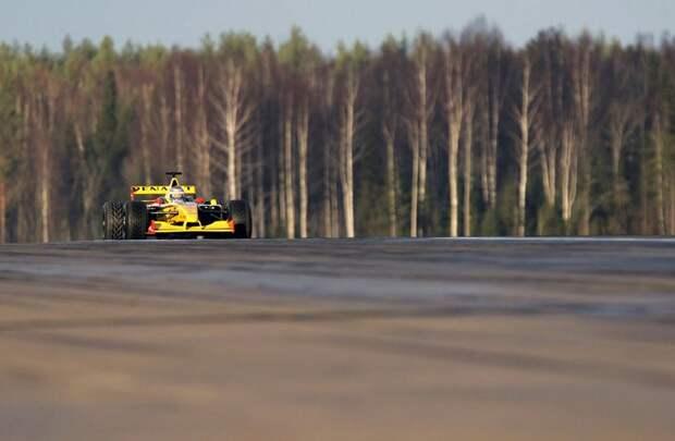 Владимир Путин совершает тест-драйв болида команды Renault, 7 ноября 2010 года.