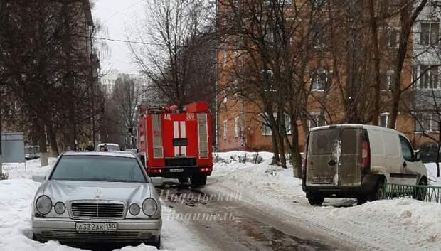 Пожарным в Подольске пришлось оттащить иномарку, которая закрыла им проезд