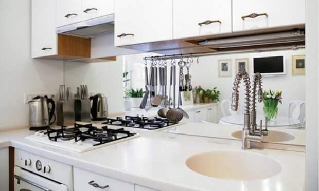 Зеркальный фартук в рабочей зоне небольшой кухни. | Фото: kitchendecorium.ru.