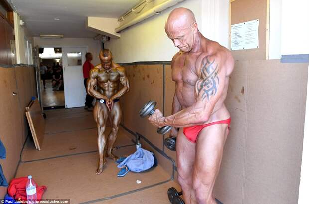 3737588200000578-3740038-Titan_One_of_the_bodybuilders_looked_like_a_statue_after_coating-a-34_1471194407090