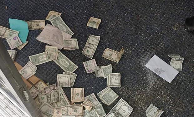 Магазин заработал 600 долларов пока был закрыт: люди брали продукты и бросали деньги за дверь