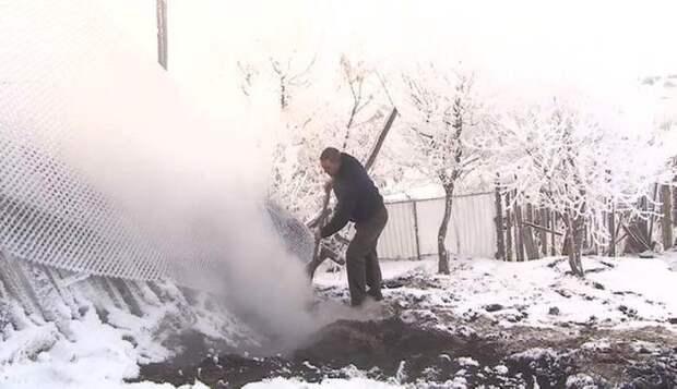 Белый дым выходит из-под земли в Башкирии