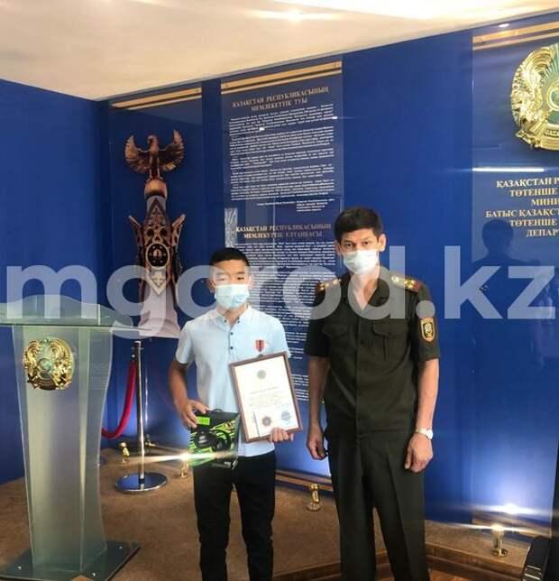 В Уральске наградили школьника, который спас тонущего друга