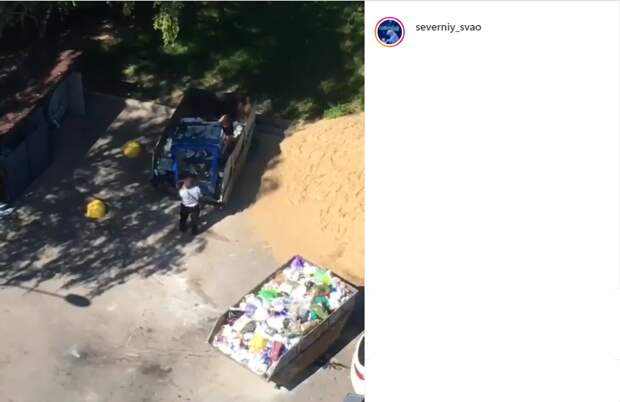 В двух дворах Северного жители возмутились действиями дворников при сборе мусора