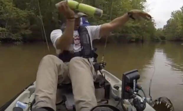 Рыбалка закончилась внезапно: вместо карася на удочку попался огромный крокодил