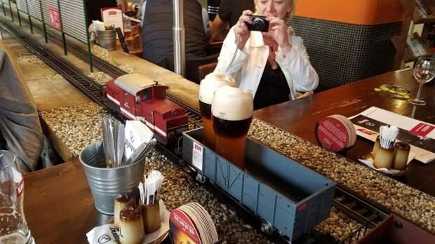 Посетители в восторге, когда на поезде к ним прибывает пиво с пеной и искрящимися пузырьками.   Фото: articlelike.com.
