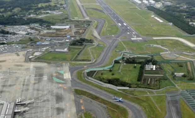 Хозяин японской фермы отказался переезжать при расширении аэропорта и живет между взлетными полосами уже 50 лет