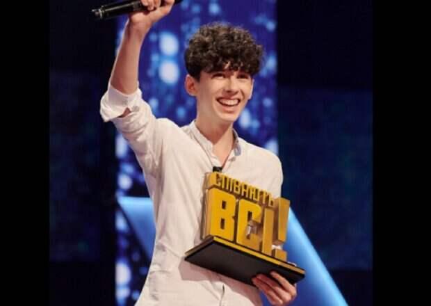 """Юного победителя """"Співають всі"""" заметил в толпе известный певец и позвал на сцену: неожиданное видео"""