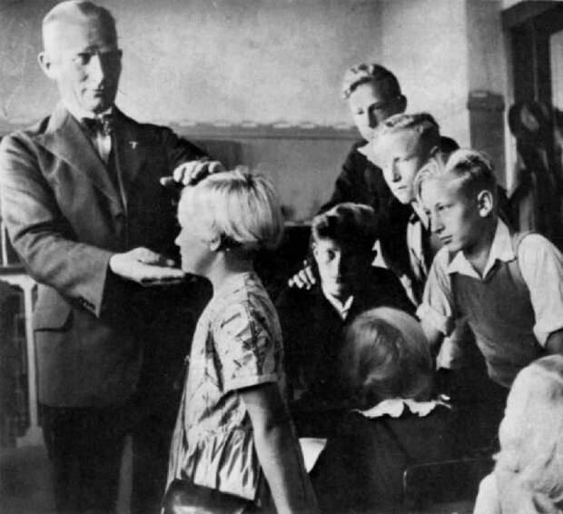 Детей из восточной Европы осматривает немецкий врач.   Фото: messynessychic.com.