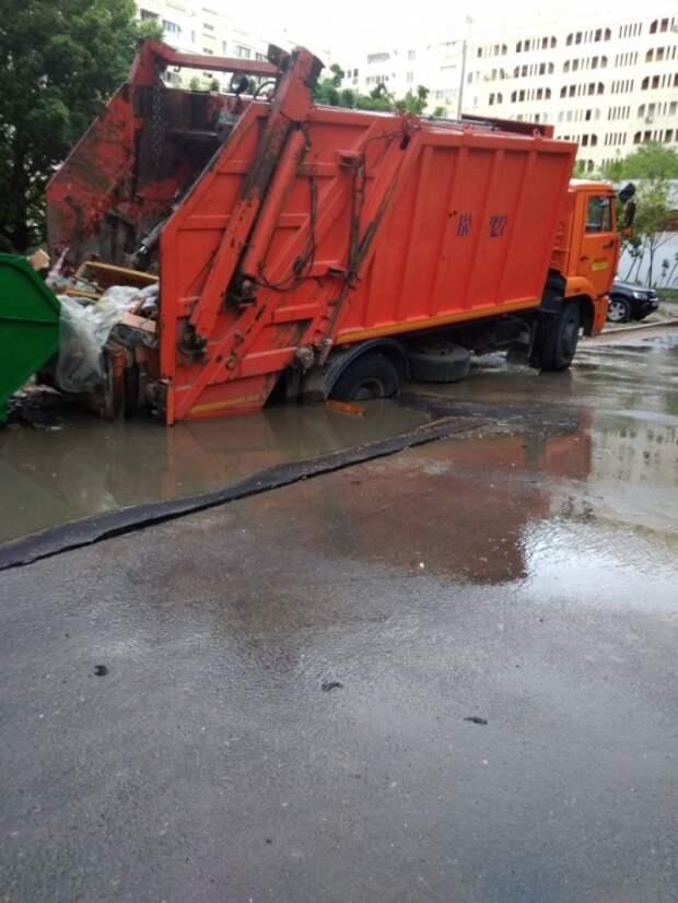 В Севастополе мусоровоз провалился под асфальт (ФОТО)