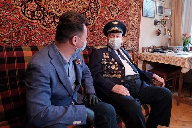 Летчик-космонавт Романенко поздравил ветерана, ставшего «талисманом» Победы для однополчан