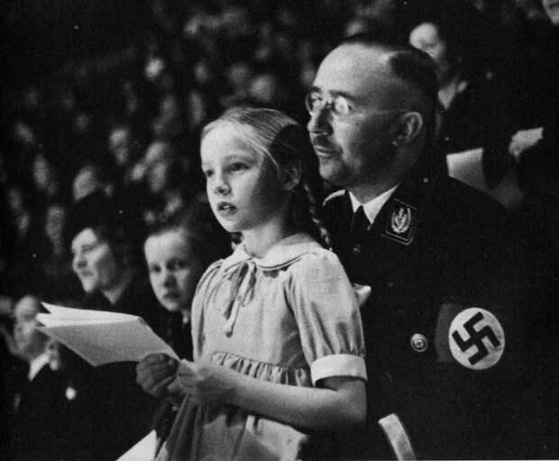 Генрих Гиммлер со своей дочкой. Берлин, 1938 год.   Фото: 40.media.tumblr.com.