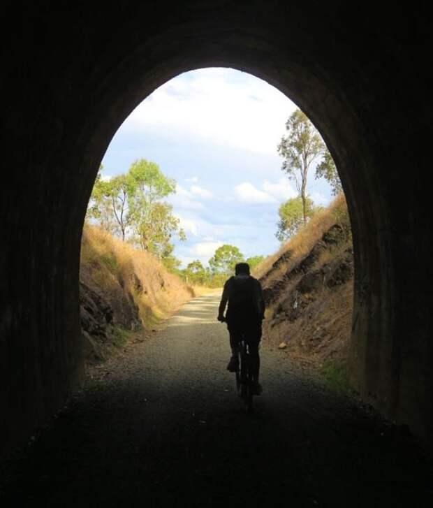 Строители сломали стену в тоннеле и замерли, увидев последствия