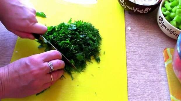 Зелень измельчаем