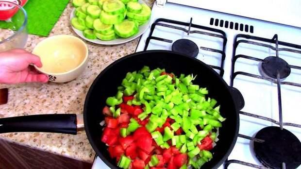 Тушим лук, перец и томаты