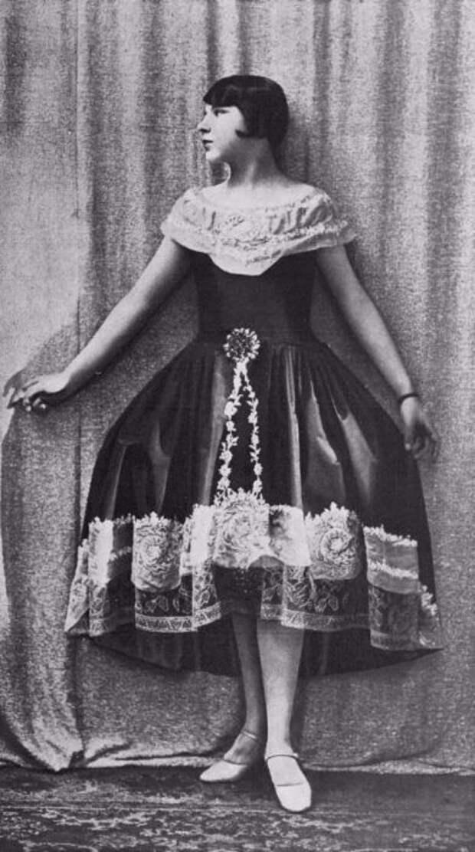 Туфельки на небольшом каблуке и платье с кружевами.