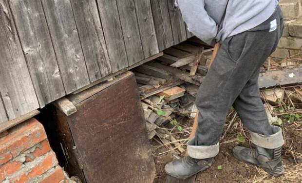 Железный ящик стоял под домом как подпорка 30 лет. Мужчина взял инструмент и попробовал отогнуть крышку