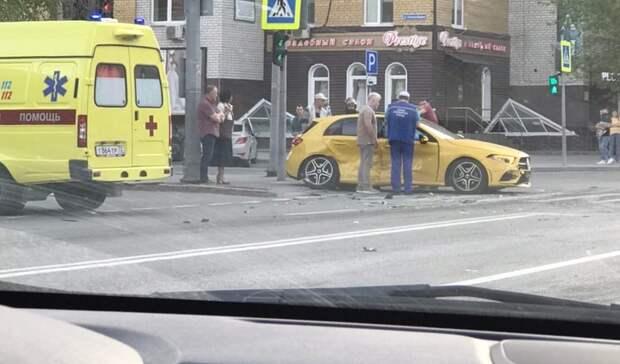 Дорогой Mercedes попал в аварию на улице Салтыкова-Щедрина в Тюмени