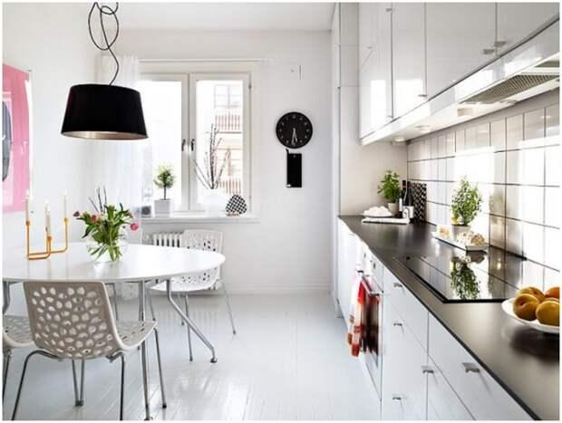 Столешницы контрастного цвета станут украшением кухни, оформленной в белых тонах. | Фото: dizajngid.ru.