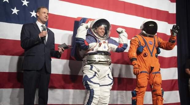 Полет США на Луну опять откладывается: нет скафандров