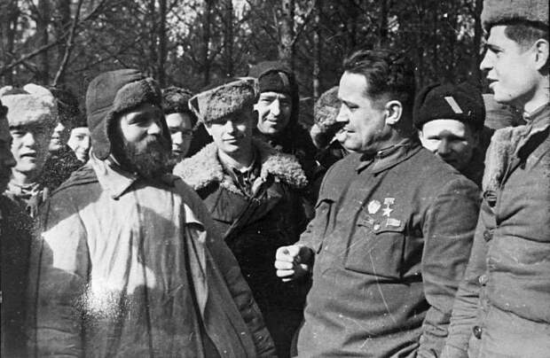 Алексей Фёдоров с партизанами своего отряда.