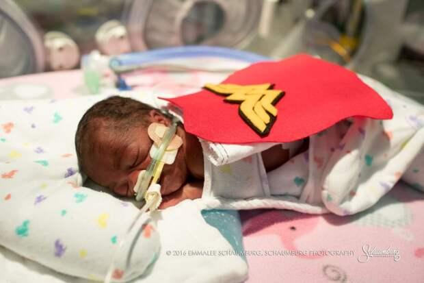 Детская больница нарядила недоношенных новорожденных в супергероев и устроила фотосессию