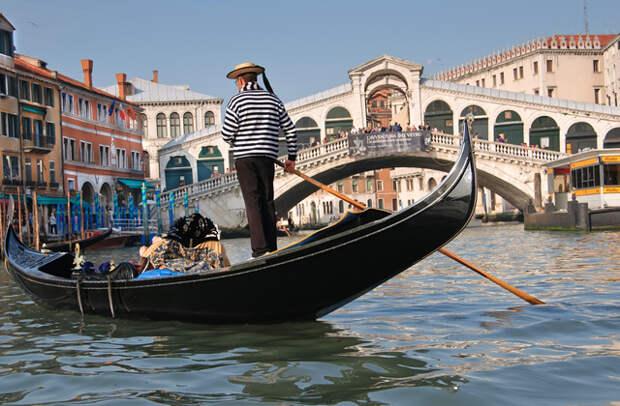 Почему в Венеции гондолы черного цвета?