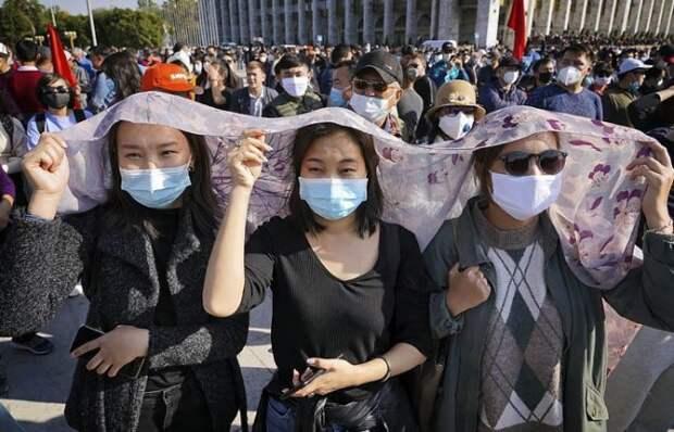 Пишут, что в Киргизии массовые протесты, тысячи людей на площадях, стычки с полицией, баррикады...
