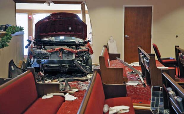 Шесть прихожан были задавлены автомобилем прямо в церкви