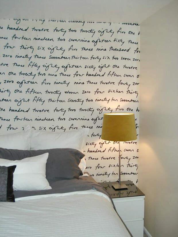 Стена, украшенная текстом.
