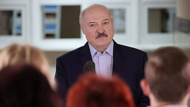 Лукашенко призвал ужесточить права и обязанности госслужащих на военный манер