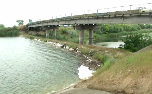 Украинская дамба на Северо-Крымском канале дала течь: вода устремилась на полуостров