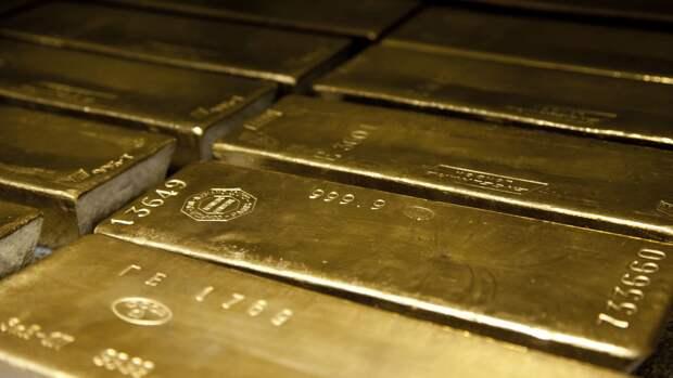 Золото реагирует ростом на ослабление доллара